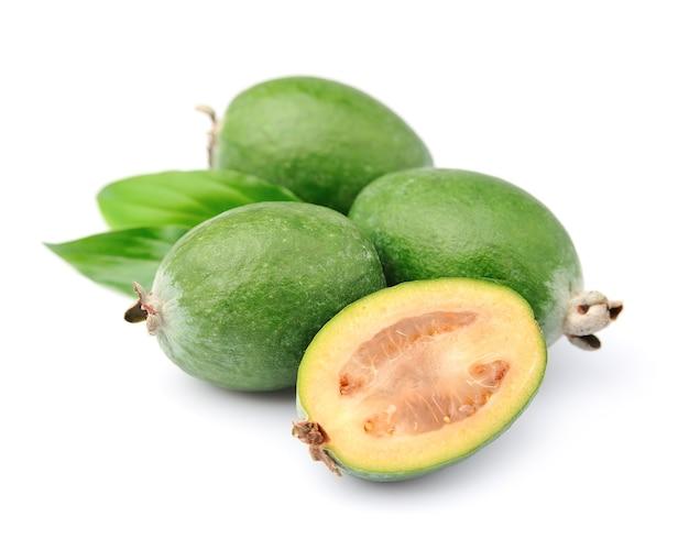 Сладкие плоды фейхоа заделывают на белом фоне. тропические фрукты. гуава.