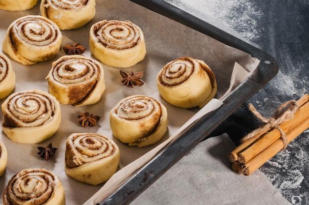 Сладости, булочки с корицей готовятся к запеканию на сковороде