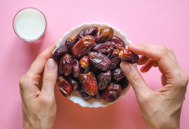 Сладкая еда для рамадана. молоко и финики фруктовые.