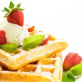 甘い食べ物-イチゴとアイスクリームのワッフル