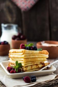 Сладкие блинчики по-французски и по-русски. торт из слоеного крепа со взбитыми сливками и свежими ягодами
