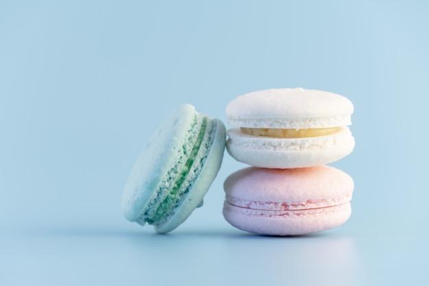 Сладкий французский торт с макарунами пастельных тонов или макаруны с винтажным пастельным синим фоном