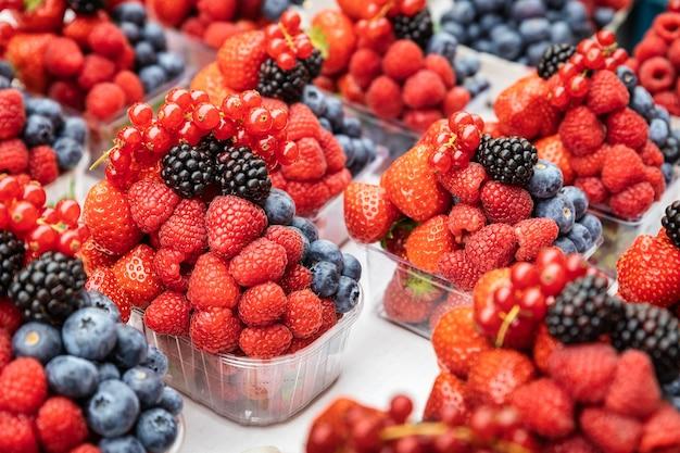 プラハのハーヴェルマーケットで販売されている甘い新鮮な果実