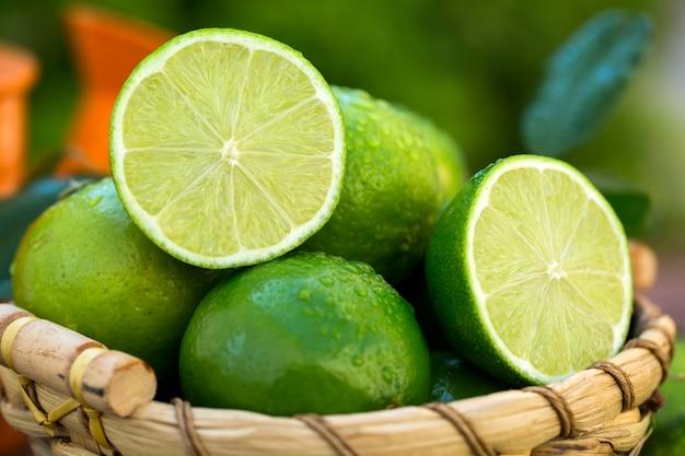 古い木の自然光の中で甘い新鮮なレモン