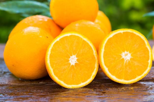 古い木の自然光の中で甘い新鮮なオレンジ