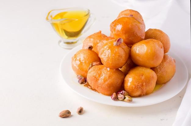 Сладкие жареные шарики на тарелке