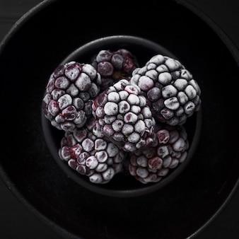 甘い冷凍ブラックベリーをクローズアップ