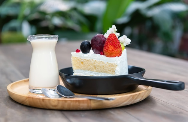 甘いフルーツクリームケーキカットサーブ。