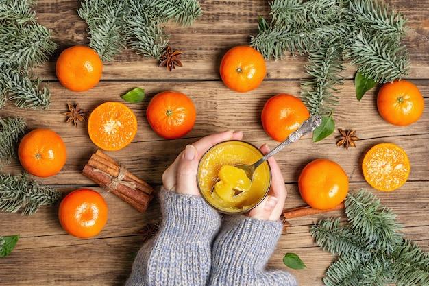 新鮮なオレンジとみかんからの甘いフルーツゼリー