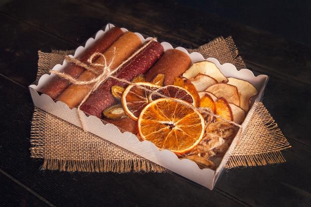 Сладкие фруктовые закуски в упаковке - пастилки и сухофрукты. мармелад, без сахара, здоровое питание