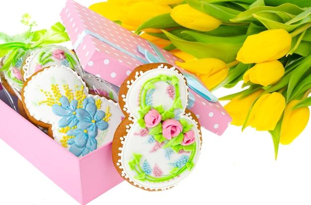 国際女性の日のための甘いジンジャーブレッド、花。スタジオ写真