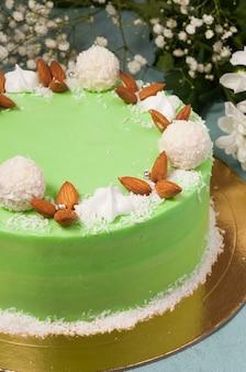 ココナッツチップスとバタークリームの甘いグリーンアーモンドケーキ