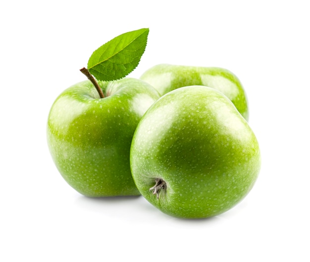 Сладкие зеленые яблоки с листьями на белом фоне