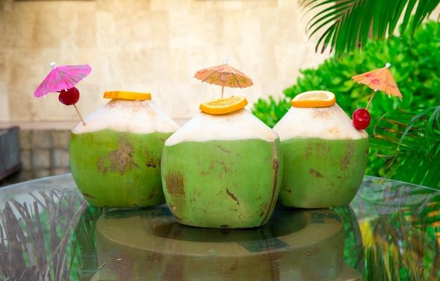 Вода сладких зеленых кокосов с питьевой
