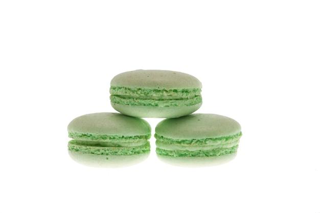 白い背景の上に分離された甘い緑のマカロン。おいしいマカロン