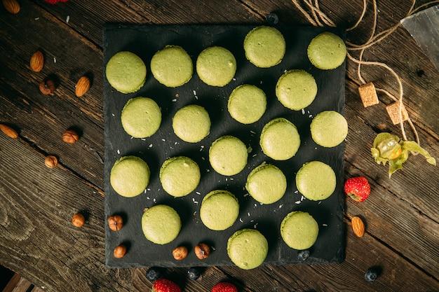Сладкий зеленый десерт с пирожными из макарон
