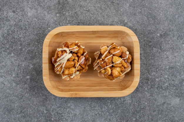 Biscotti freschi fatti a mano dolci sulla ciotola di legno.