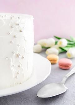 甘いお誕生日おめでとうケーキとマカロン
