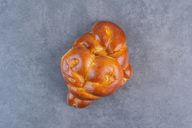 달콤한 하트 빵은 대리석 배경에 함께 번들로 제공됩니다. 고품질 사진