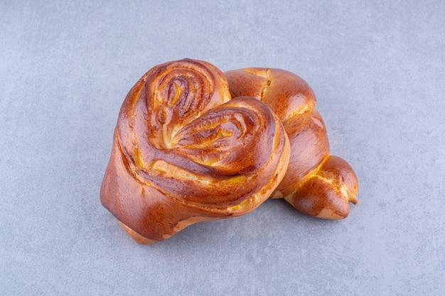 Сладкие булочки в форме сердца, сложенные вместе на мраморной поверхности