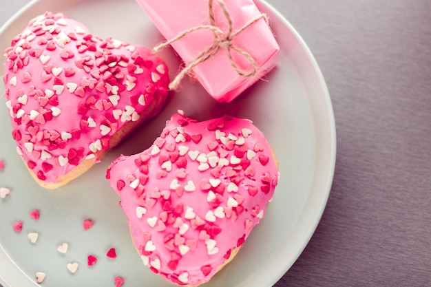 Пончики в форме сердца и подарок