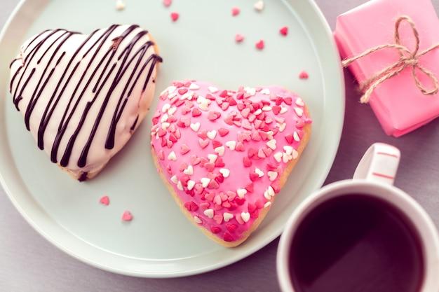 Пончики в форме сердца с кофе
