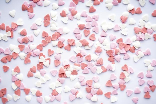 Сладкие сердечки на белом фоне. день святого валентина. концепция любви. праздничный день.
