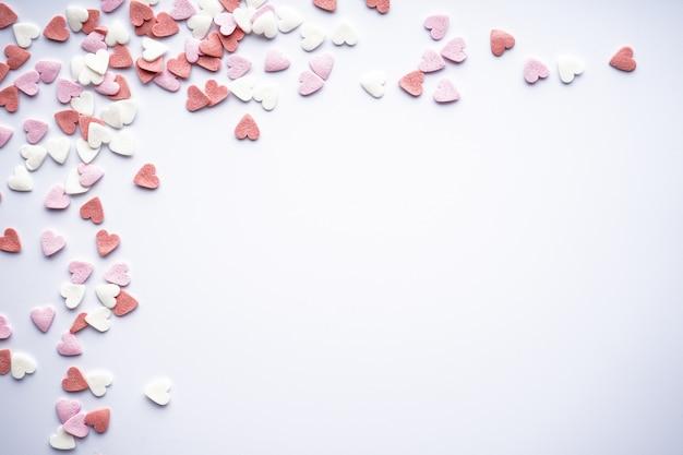 Сладкие сердца на белом фоне, с пространством для текста, плоская планировка. концепция любви. день святого валентина.
