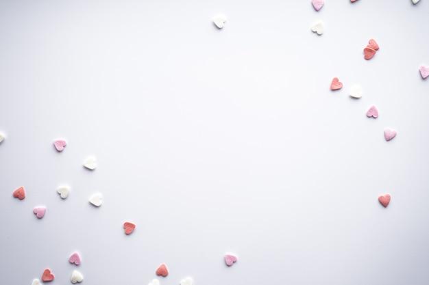 Сладкие сердца на белом фоне, с пространством для текста, плоская планировка. день святого валентина. концепция любви. праздничный день.