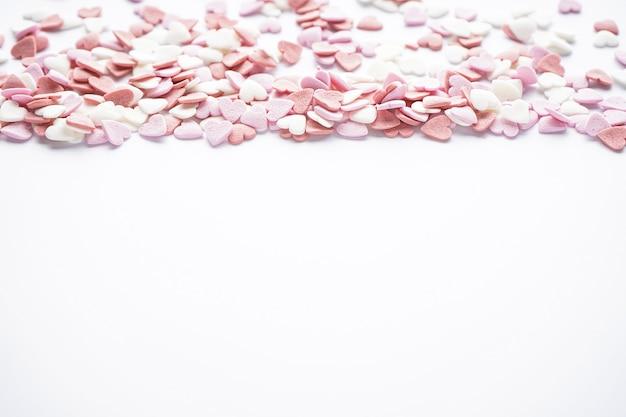Сладкие сердечки на белом фоне с пространством для текста. концепция любви. день святого валентина.