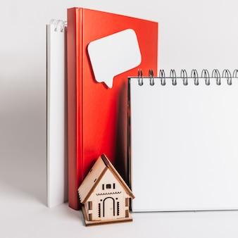편하고 달콤한 집. 주택 세 추정 및 납부. 빨간 집, 메모장 및 스티커 복사 공간 흰색 배경에 모의