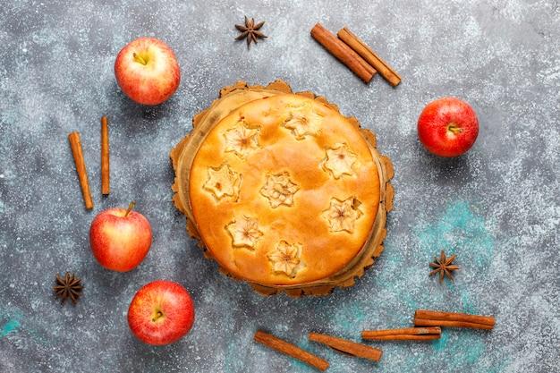 シナモンと甘い自家製アップルケーキ。