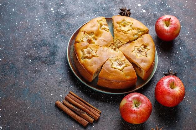 Сладкий домашний яблочный пирог с корицей.