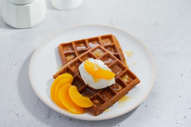 달콤한 홈 메이드 벨기에 와플, 꿀, 복숭아 시럽, 휘핑 크림