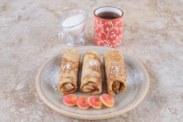温かいお茶と甘い自家製クレープ