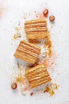 スパイスとナッツの甘い自家製層状蜂蜜ケーキ。