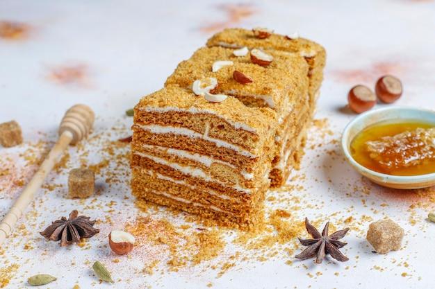 スパイスとナッツが入った甘い自家製レイヤードハニーケーキ。
