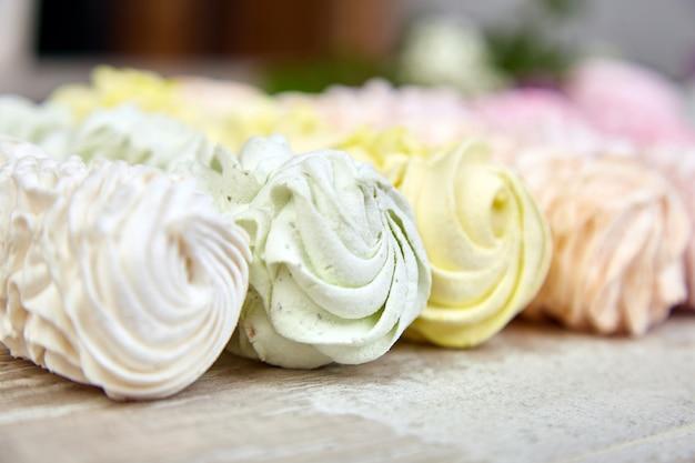 甘い自家製マシュマロ、多色の背景。