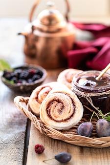 甘い自家製梅ジャムと木製のテーブルの上の果物