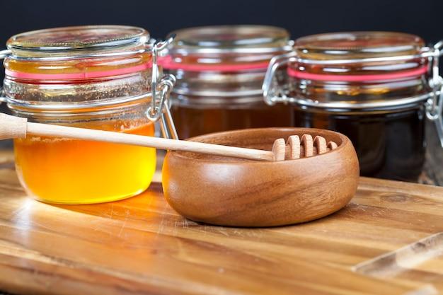 さまざまな種類の甘い蜂蜜