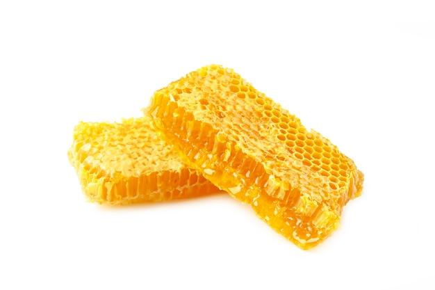 白い背景で隔離の甘いハニカム、有機天然成分の概念による蜂蜜製品