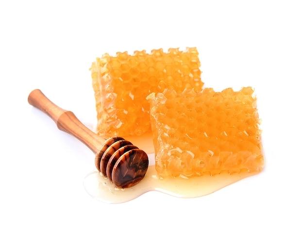 Сладкие соты с жидким медом, изолированные на белом