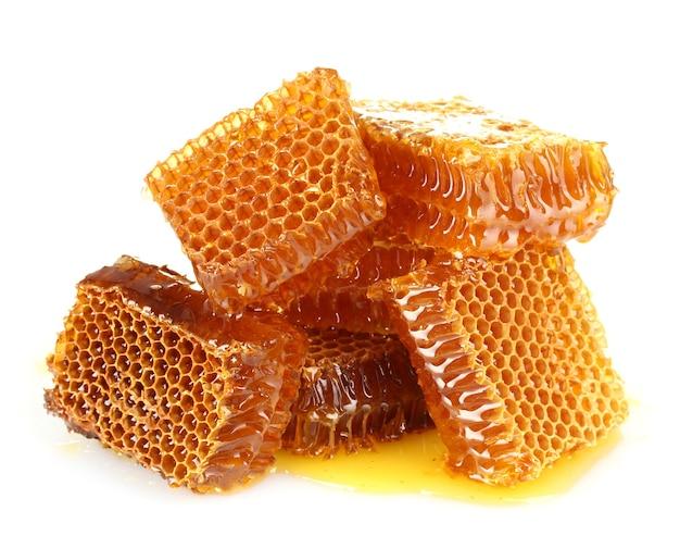 Сладкие соты с медом, изолированные на белом