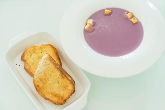 甘い日本のジャガイモのスープとパン