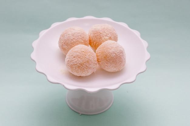 Сладкое, известное как beijinho de coco, очень популярно на бразильских вечеринках.