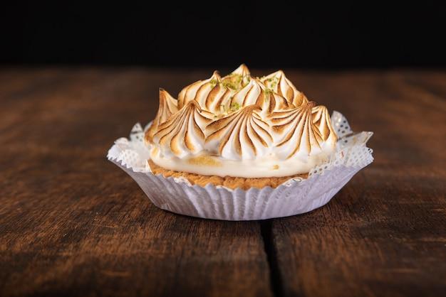 Сладкий лимонный пирог подробно на деревенской деревянной поверхности, выборочный фокус.