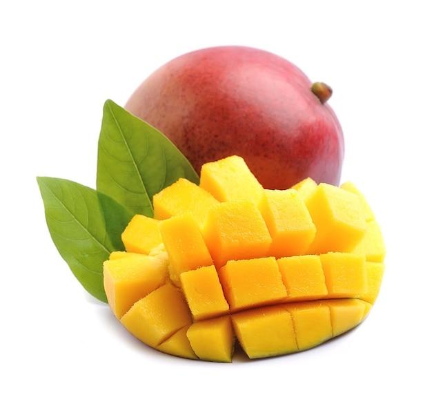 Сладкие плоды манго изолированы.