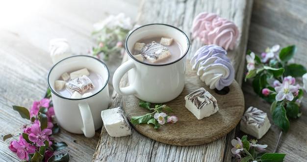 木製のテーブルに甘いマシュマロとココアの飲み物