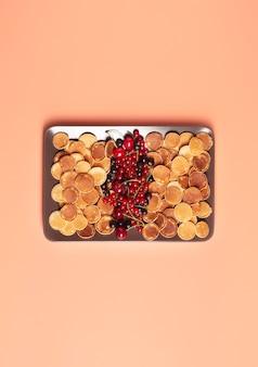 桃の上に立つ大きな長方形のプレートに新鮮なベリーと甘いミニパンケーキ