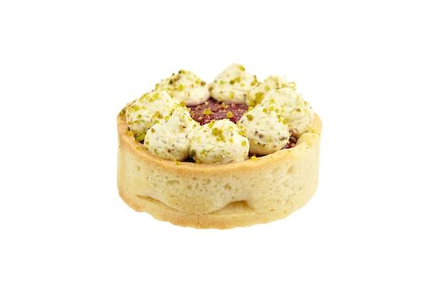 Сладкий мини-пирог с фисташками и малиной, изолированные на белом фоне